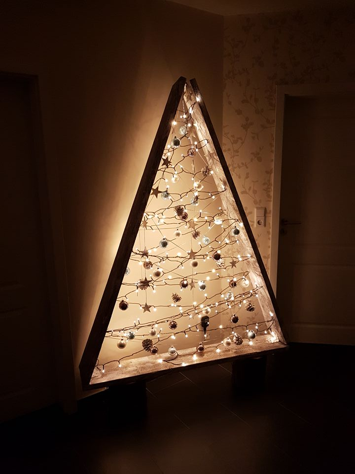 Weihnachtsbaum aus Lichterketten und Brettern