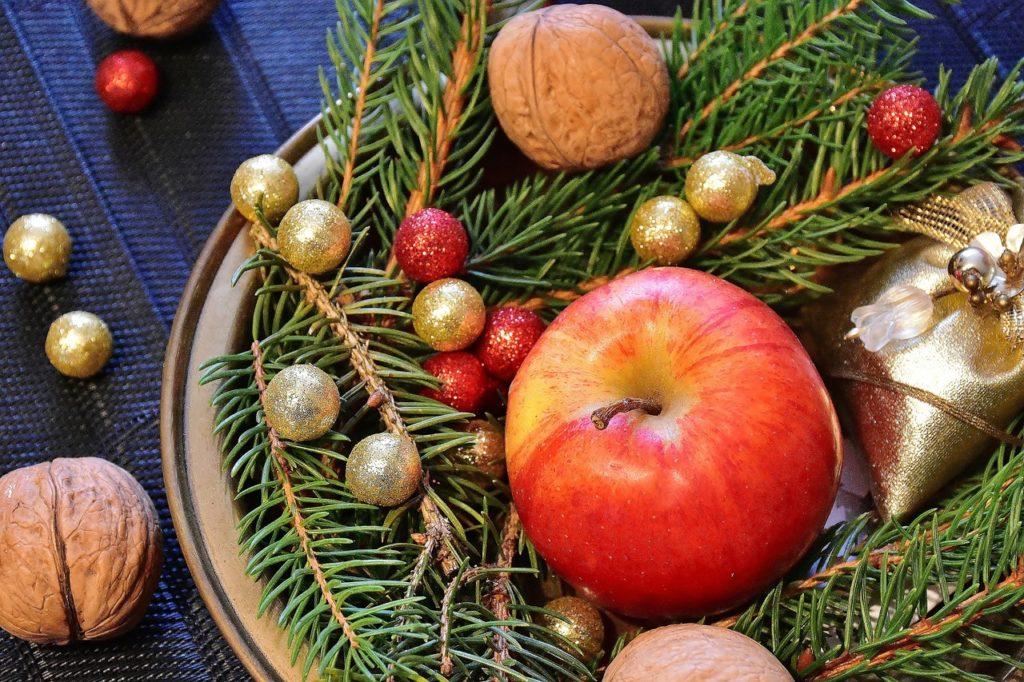 Zweige arrangiert mit Apfel und Nuss